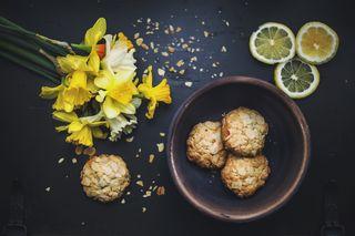 Cookiesandflowersphoto-1436564989038-18b9958df72b