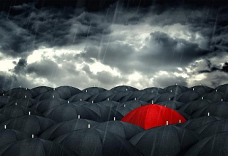 Red-umbrella-mingling-with-grey-umbrellas--be-different-concept